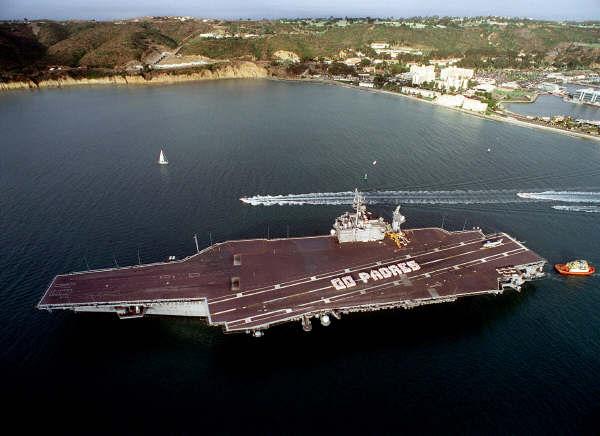 Het Amerikaanse vliegdekschip Constellation is in 2003 uit dienst ...: www.worldwide-military.com/Navy ships/US Carriers/Constellation...